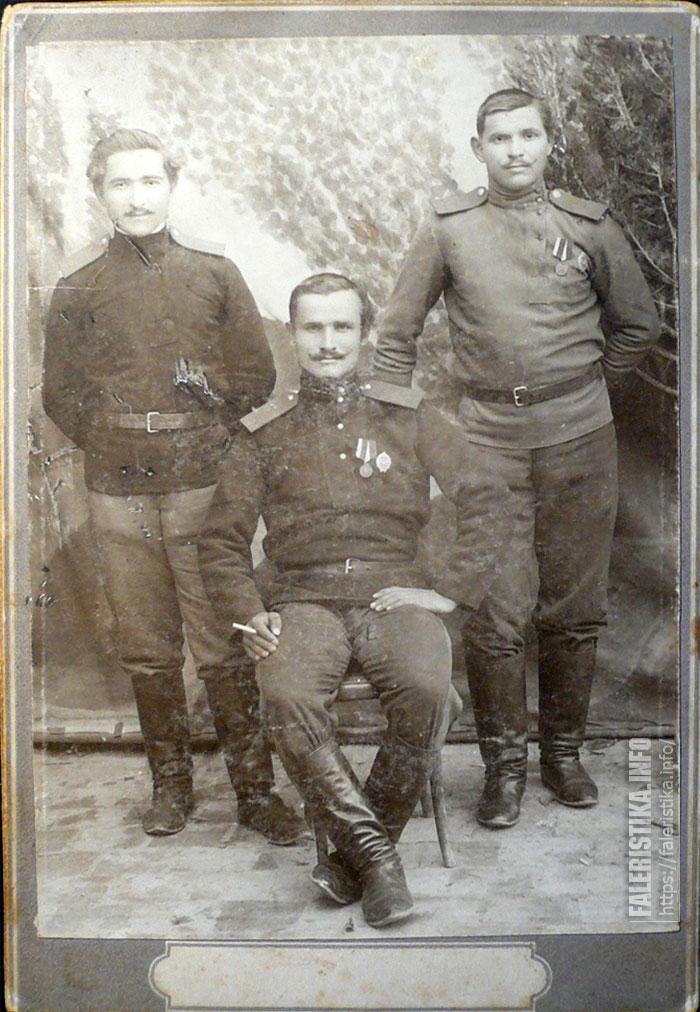 В середине Паулин Тимофей 21 марта 1914 года гор Мешхед Персия. Семиреченские казаки с полковыми знаками